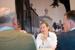 Praktijkhouder Anna Teunissen van A.R.T. Tandartsen in gesprek met de prejury.