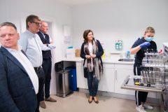 In de sterilisatieruimte van CBT Midden-Brabant. Midden: office manager Monique Kruize.