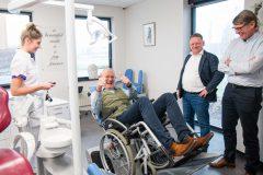 De rolstoelkantelaar van Mondzorgcentrum Wiranto & Go was ook bij de prejury een doorslaand succes. V.l.n.r.: mondhygiëniste Sophie Gwinner, Anne-Peter van Riet (directeur Edin Dental Academy), Louis van de Mortel (directeur Arseus Dental), Pieter Schram (directeur Vertimart). (foto: Ben Adriaanse)